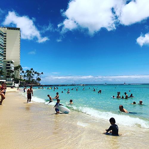 晴れている日のカイマナビーチ