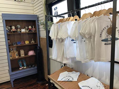 ハレイワスヌーピーショップのTシャツ