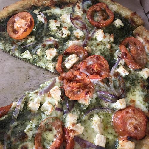 ラトゥアーカフェのチキンバジルピザ